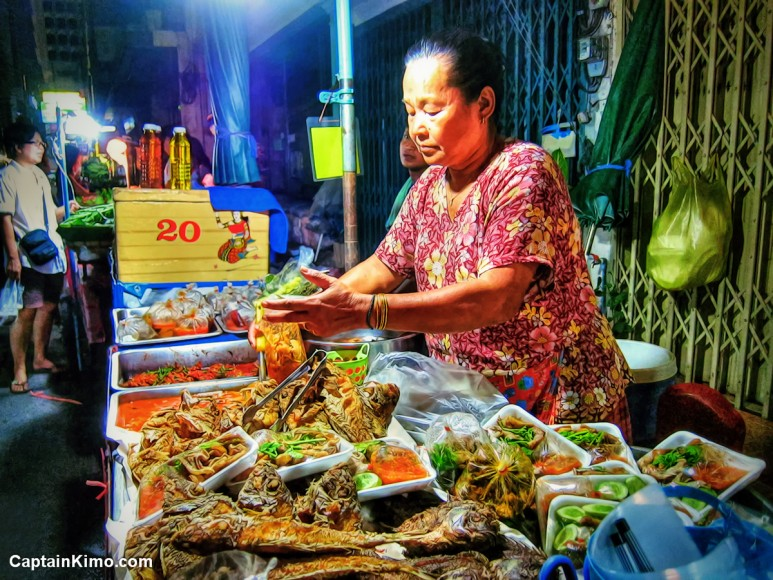 nighttime-photo-bangkok-thailand-food-vendor-selling-chicken-curry-on-street-ally
